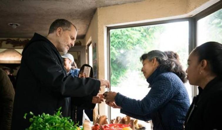 Miguel Bosé visita localidad mexicana afectada por terremoto de 2017